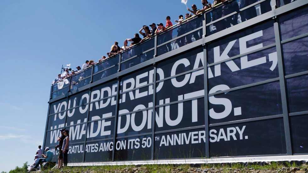 """BMW M """"felicita"""" con donuts los 50 años de Mercedes – AMG"""