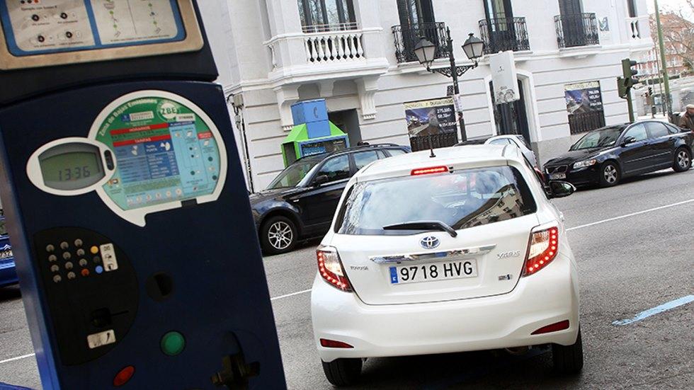 Aparcamiento regulado en Madrid: tasas por emisiones y por tiempo real