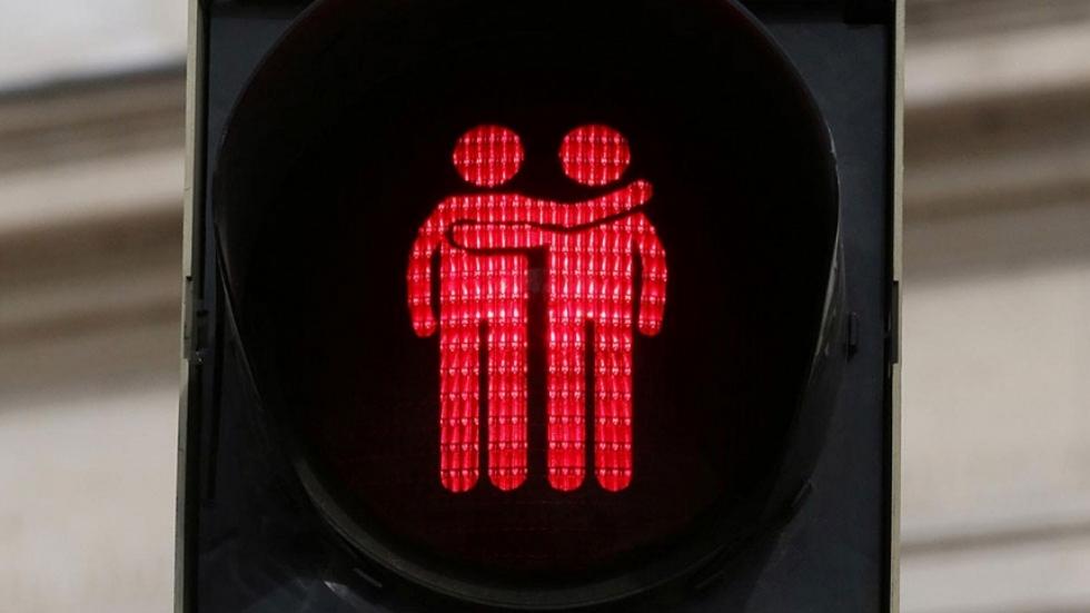 """Madrid instala por sorpresa semáforos con iconos """"gays"""""""