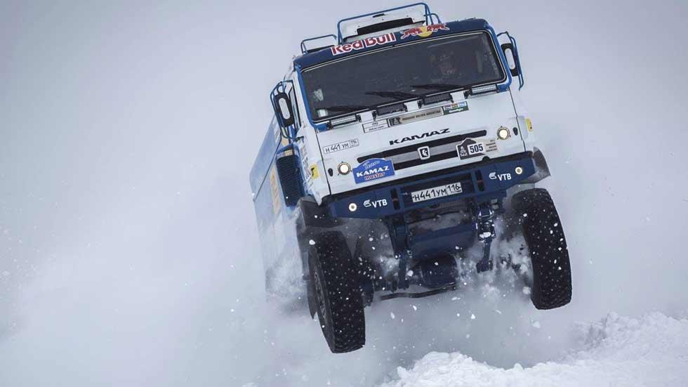 ¡Espectacular! Récord de salto sobre la nieve de un camión (vídeo)