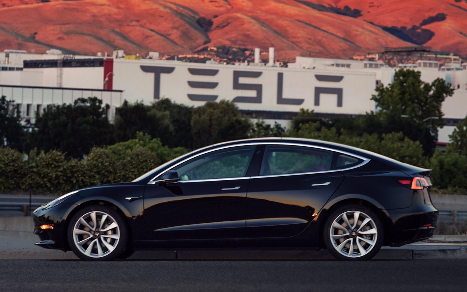 Tesla Model 3: el nuevo coche eléctrico sale de fábrica