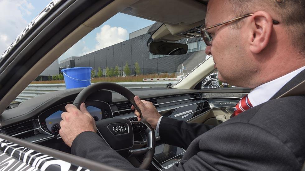 Así prueba Audi la suspensión del A8: con cubos de agua y el maestro de chóferes