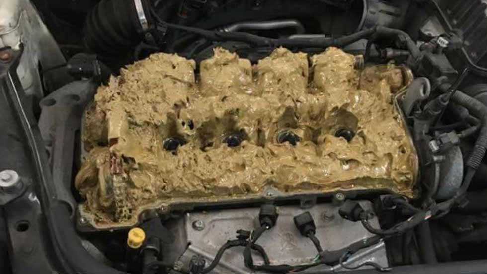 ¿Qué le puede pasar a un coche si echas limpiaparabrisas por donde no debes?