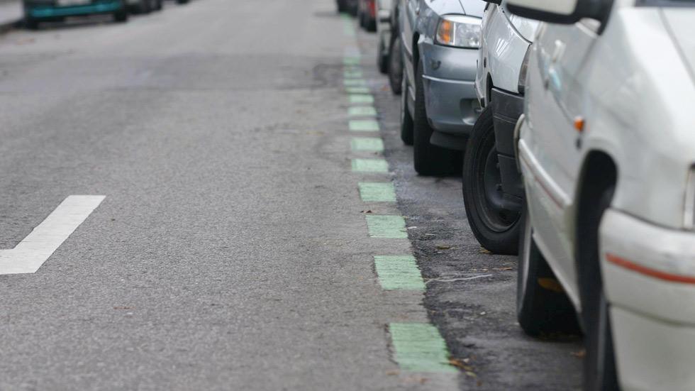 Dudas: ¿me pueden multar por aparcar el coche en el mismo sitio mucho tiempo?