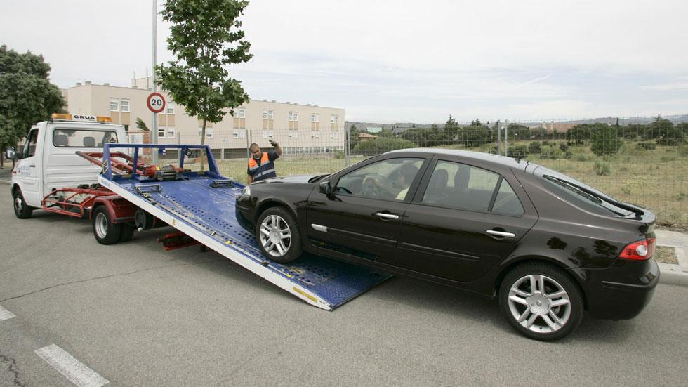 Dudas: ¿cuánto cuesta recuperar el coche si se lo lleva la grúa?