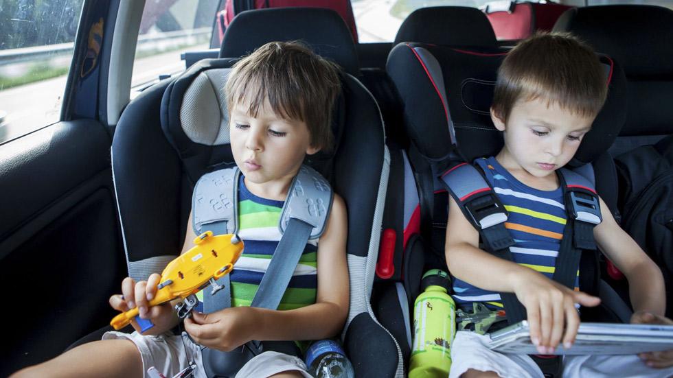 Los mejores consejos para que los niños vayan seguros en verano en el coche