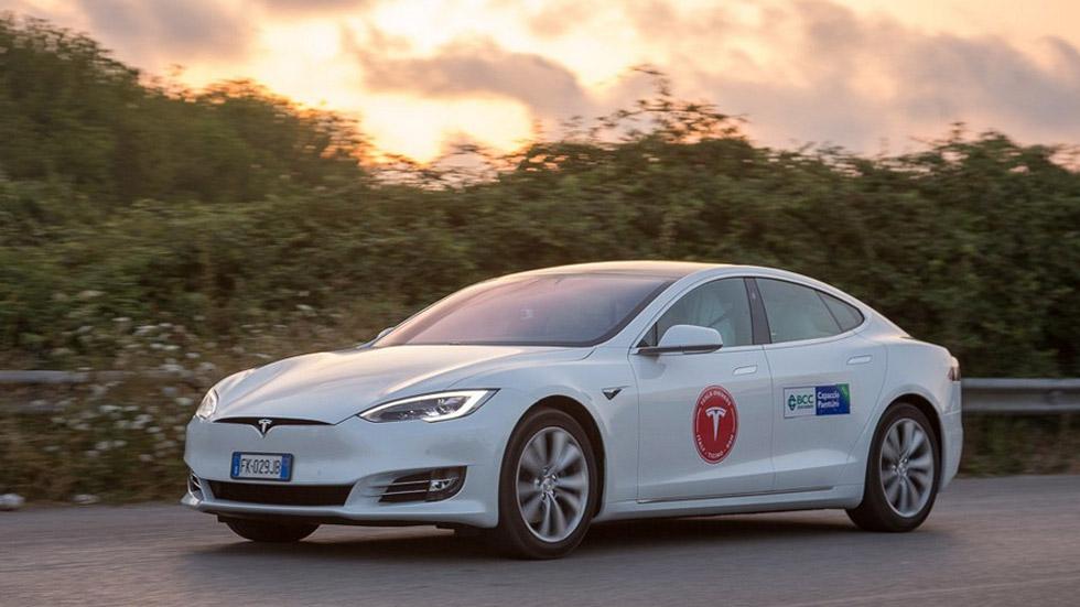 Un Tesla Model S logar recorrer más de 1.000 km con una sola carga