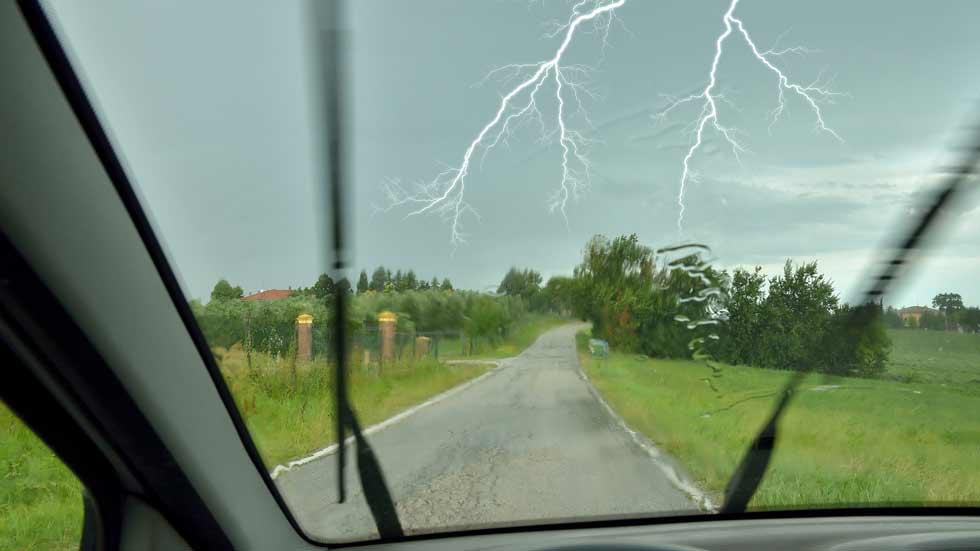 ¿Qué hacer frente a una tormenta eléctrica si vas en coche?