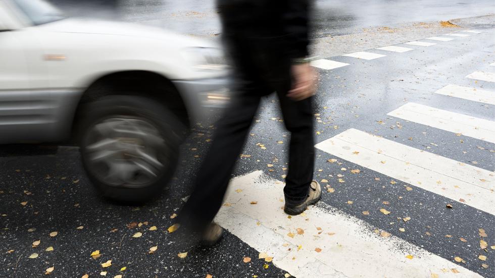 Le roban su coche, le atropellan… y su seguro tiene que indemnizarle como peatón