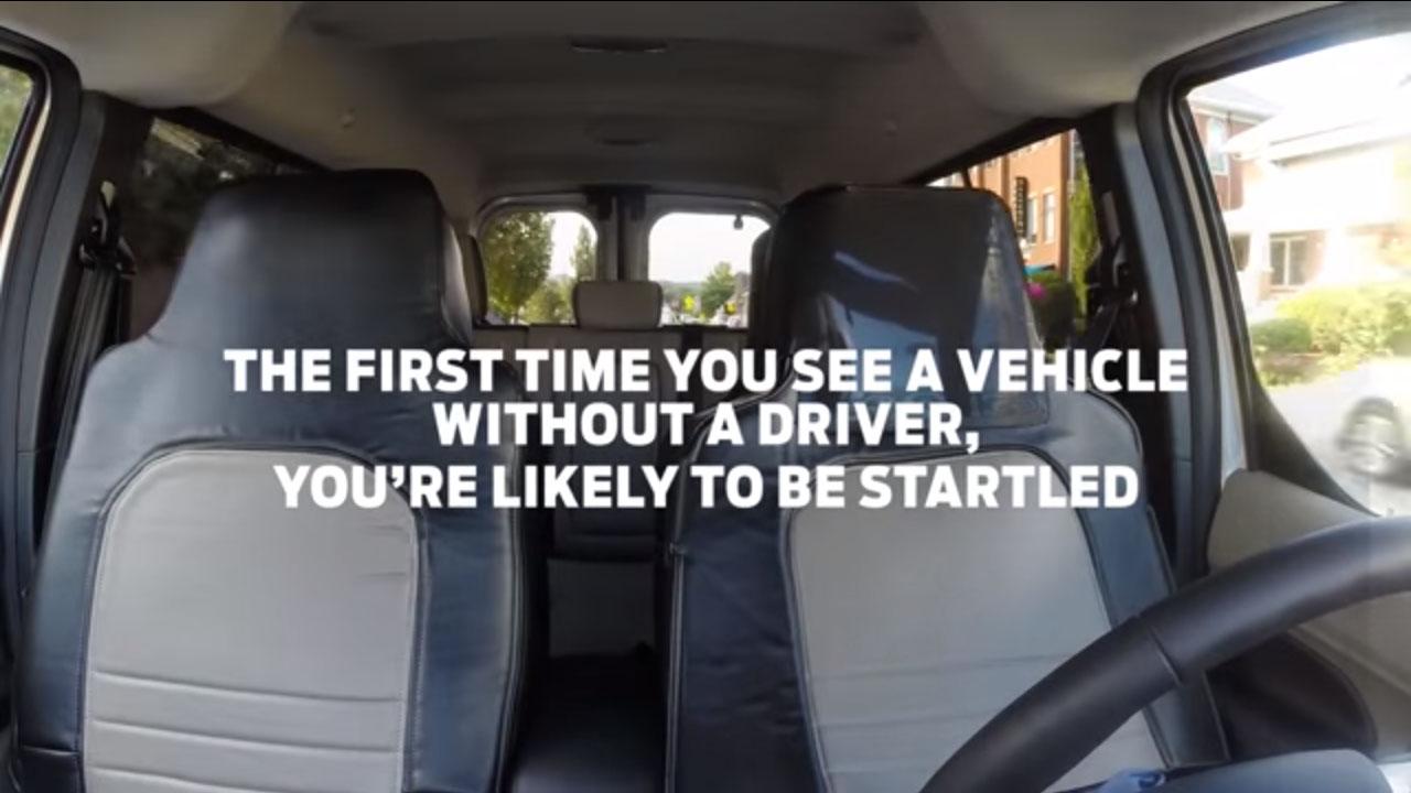 Se disfraza de asiento para ver cómo reaccionan ante un coche sin conductor
