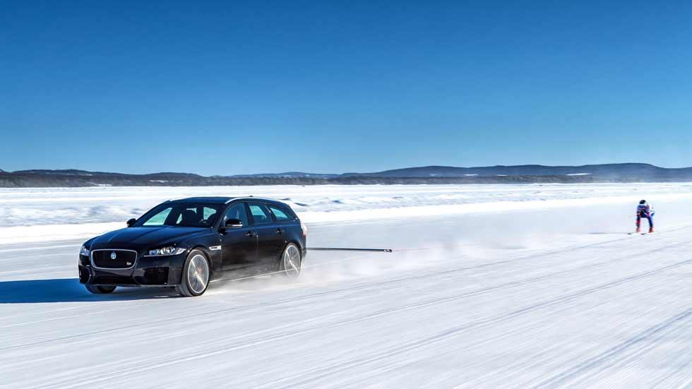 El Jaguar XF Sportbrake ayuda a un esquiador a batir el récord mundial de velocidad