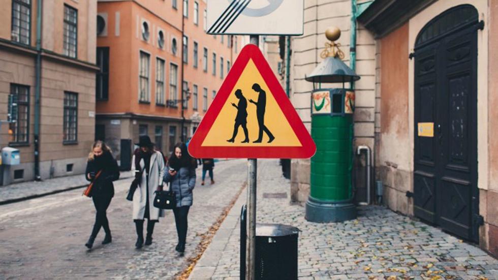 Más señales de tráfico que no existen, pero deberían: peatones usando el móvil