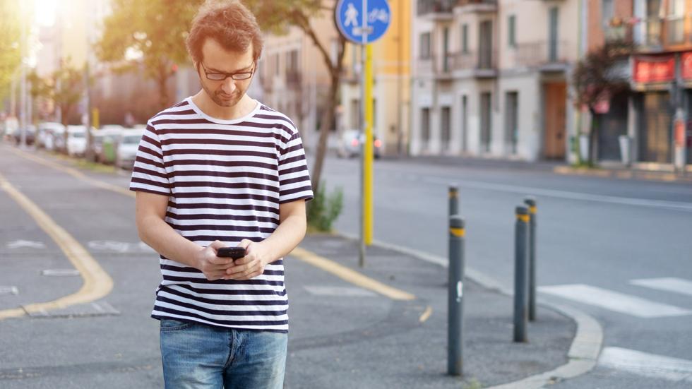 Esta ciudad ya prohíbe mandar mensajes caminando al cruzar las calles