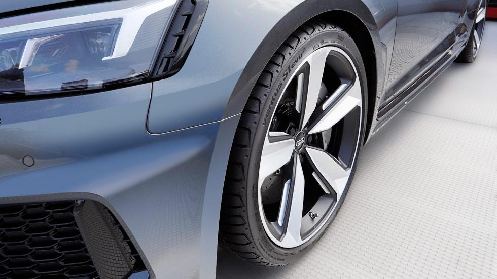 ¿Cómo debe ser un neumático en un coche deportivo?