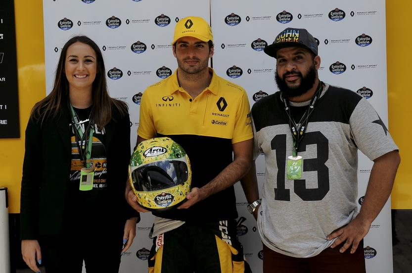GP de Brasil: Sainz y Estrella Galicia donan un casco al Instituto Ayrton Senna