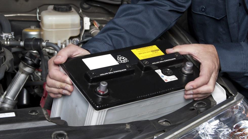 Baterías baratas de los coches, ¿son piratas o falsas por costar la mitad en Internet?