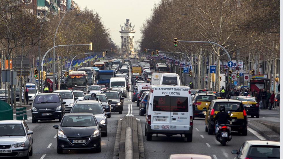 Barcelona anuncia multas por no llevar la etiqueta de la DGT en el coche