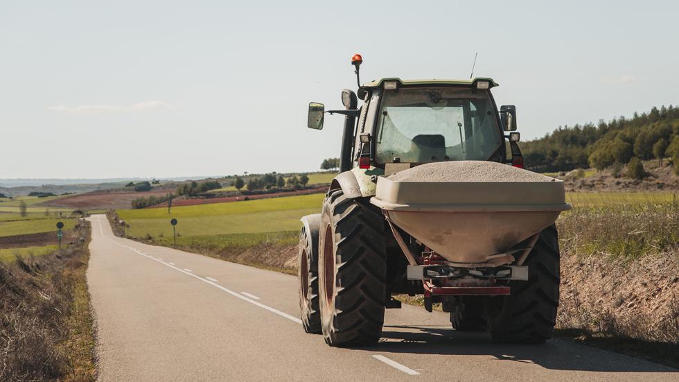 Destroza con su tractor varios radares por valor de miles de euros