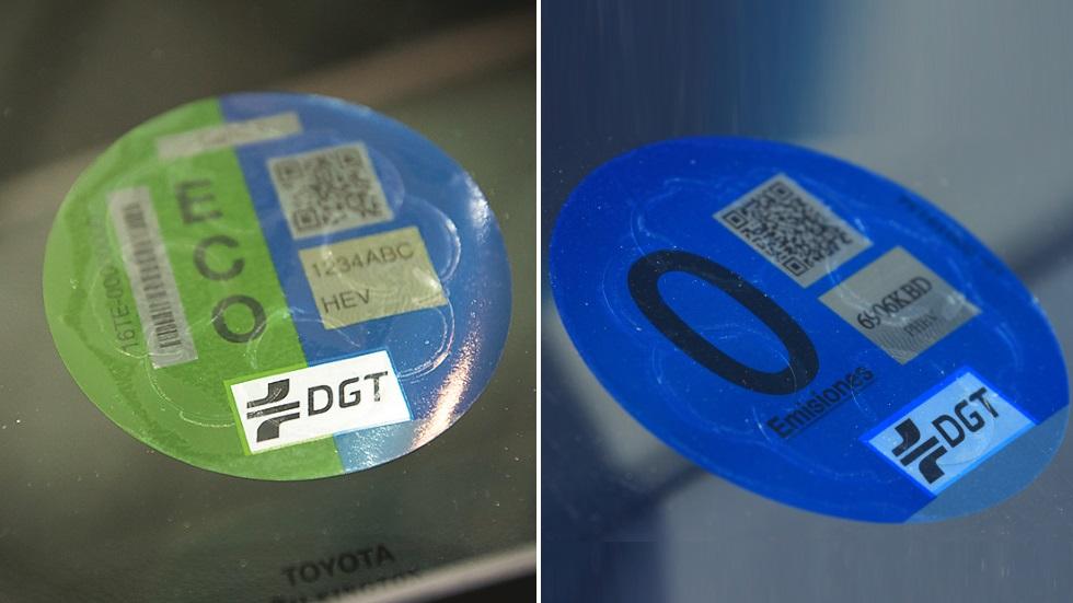 Etiquetas de la DGT: ¿es obligatorio llevarlas? ¿Legalmente nos pueden multar?