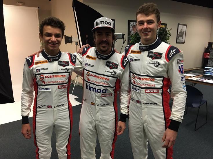 ROAR 24 Daytona: Alonso ya está en Daytona y posa con sus compañeros de equipo