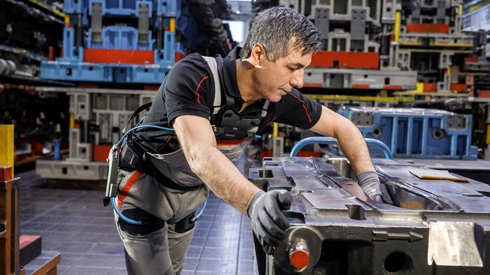 ¿Dolor de espalda? Audi nos da una posible solución con los exoesqueletos