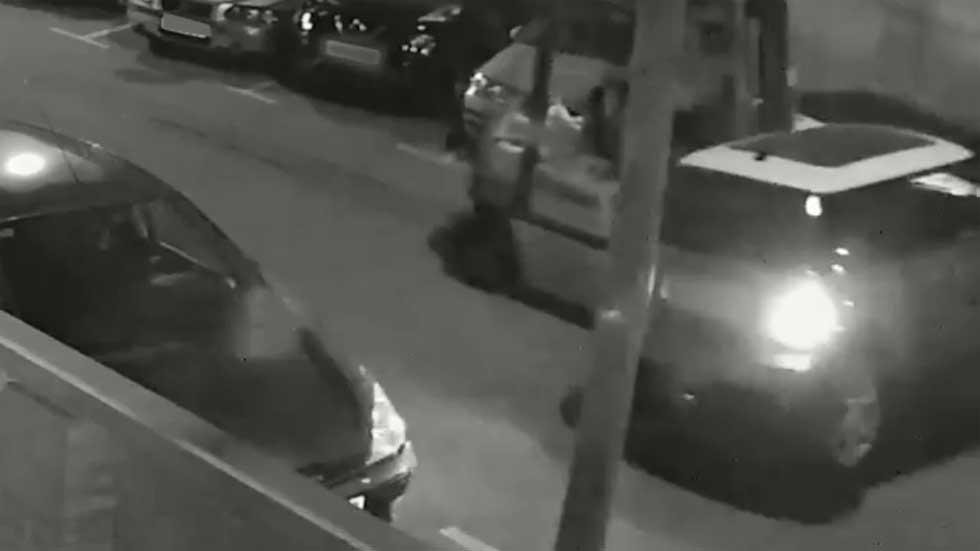 El dueño de un desguace ilegal robaba coches con un elevador: así lo hacía