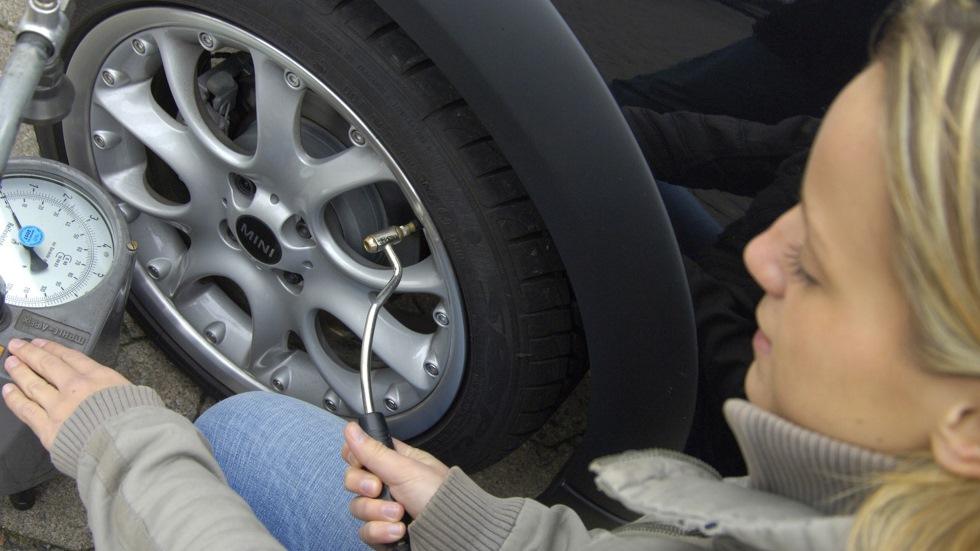 ¿Es legal cobrar en gasolineras por inflar neumáticos? Lo que dice la ley
