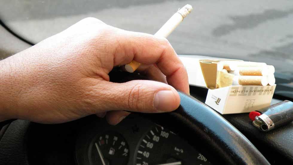 Prohibido fumar si se conduce: los médicos lo piden a la DGT