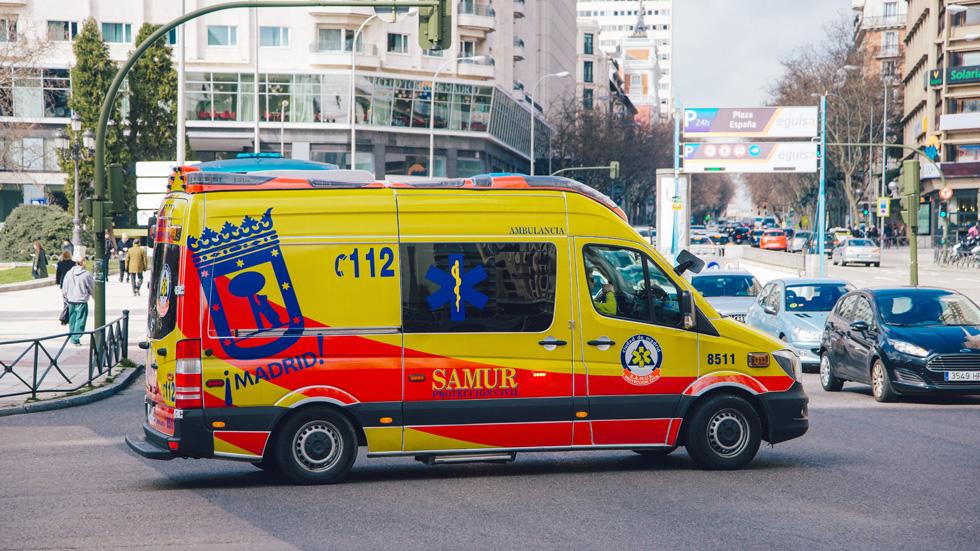 Vehículo de emergencias en carretera, ¿sabes qué hay que hacer?