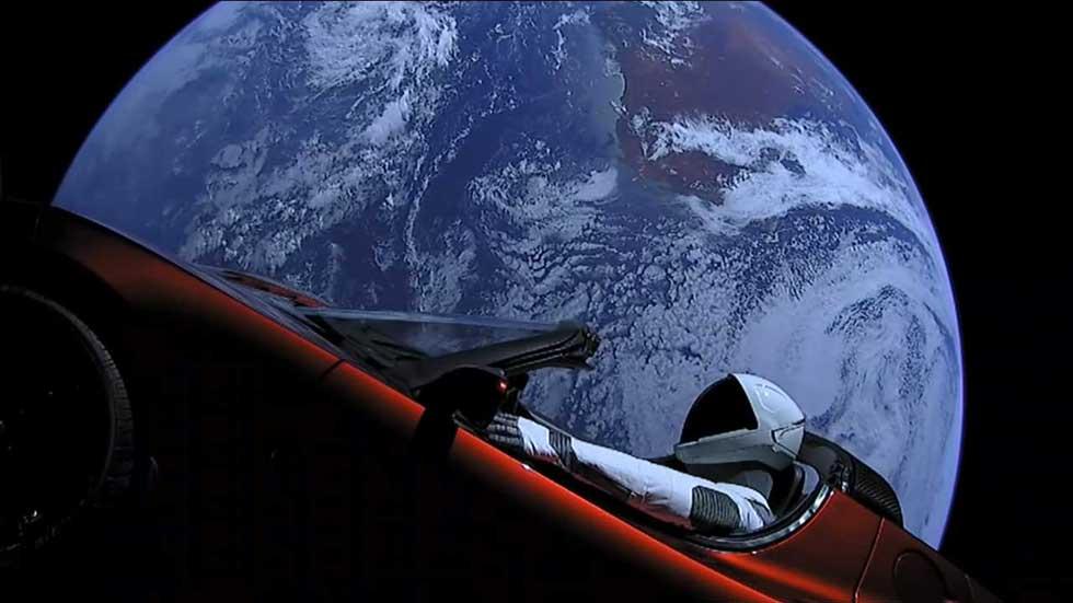 ¡Increíble! Un Tesla ya conduce por el espacio camino de Marte