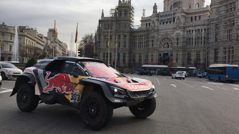 VÍDEO: paseamos con Carlos Sainz por Madrid con su Peugeot del Dakar