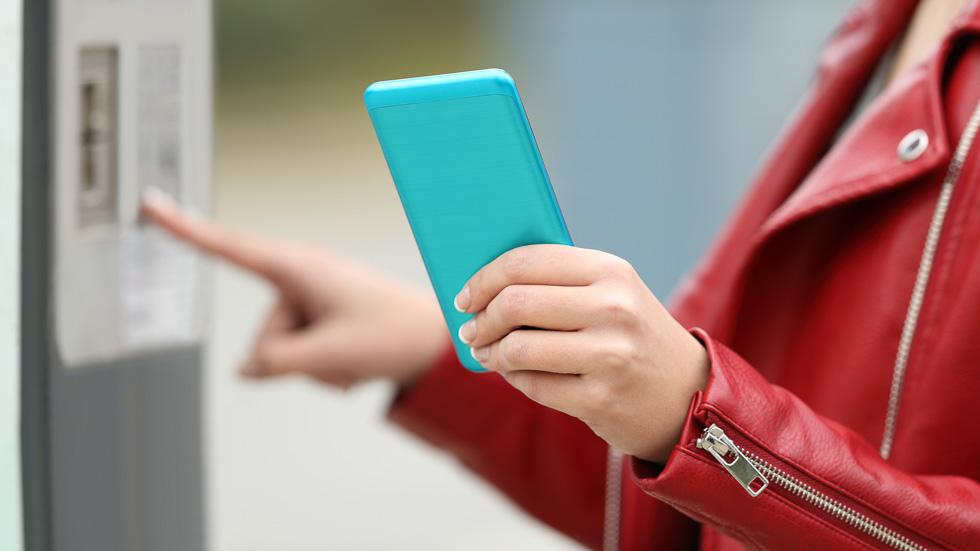 Parquímetros en Madrid: cobrar comisiones por pagar con el móvil podría ser ilegal