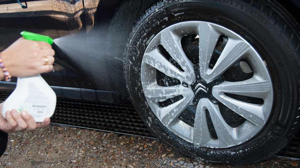 Multas que quizás desconocías: lavar el coche en la calle, llevar sucia la matrícula…