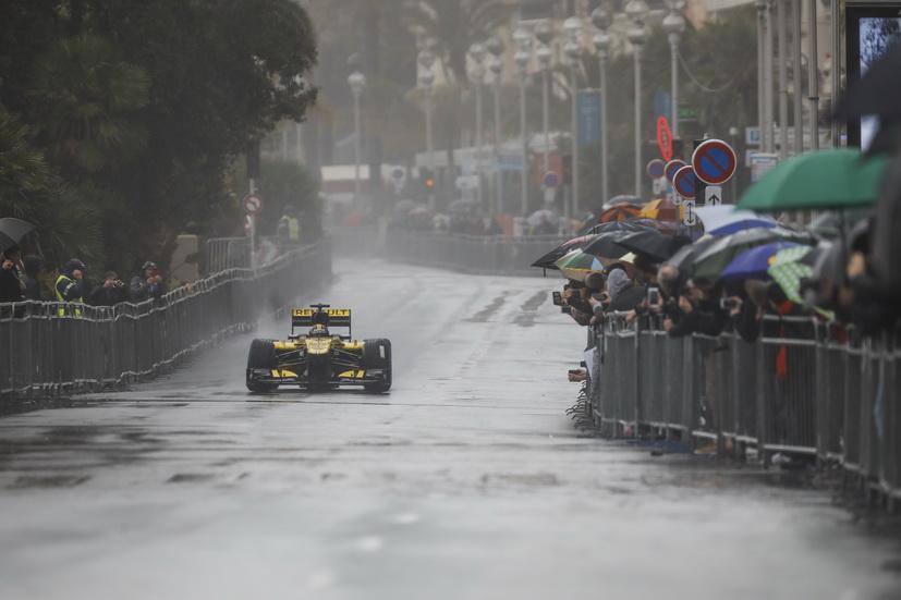 Dos Renault de Fórmula 1 por las calles de Niza