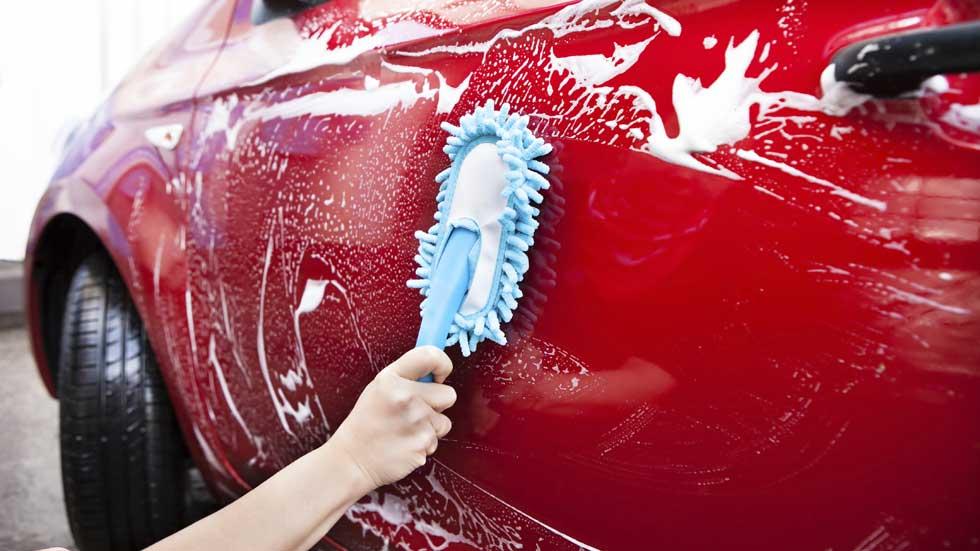 Manchas difíciles en el coche: cómo quitar mosquitos, resina, excrementos de palomas…