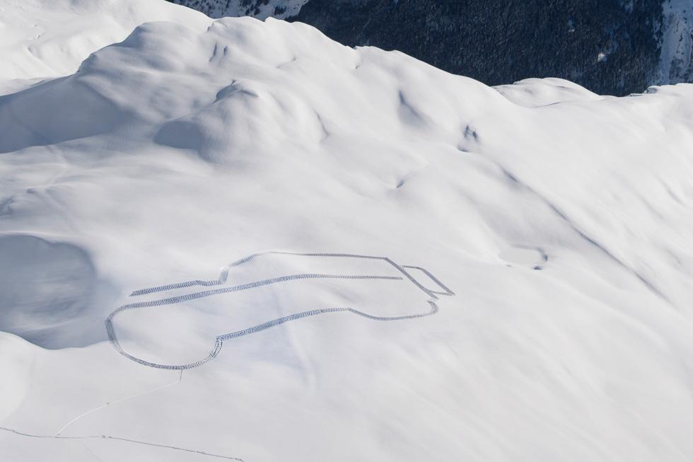 ¡Increíble! Un Land Rover Defender de 250 metros de ancho en Los Alpes (Vídeo)