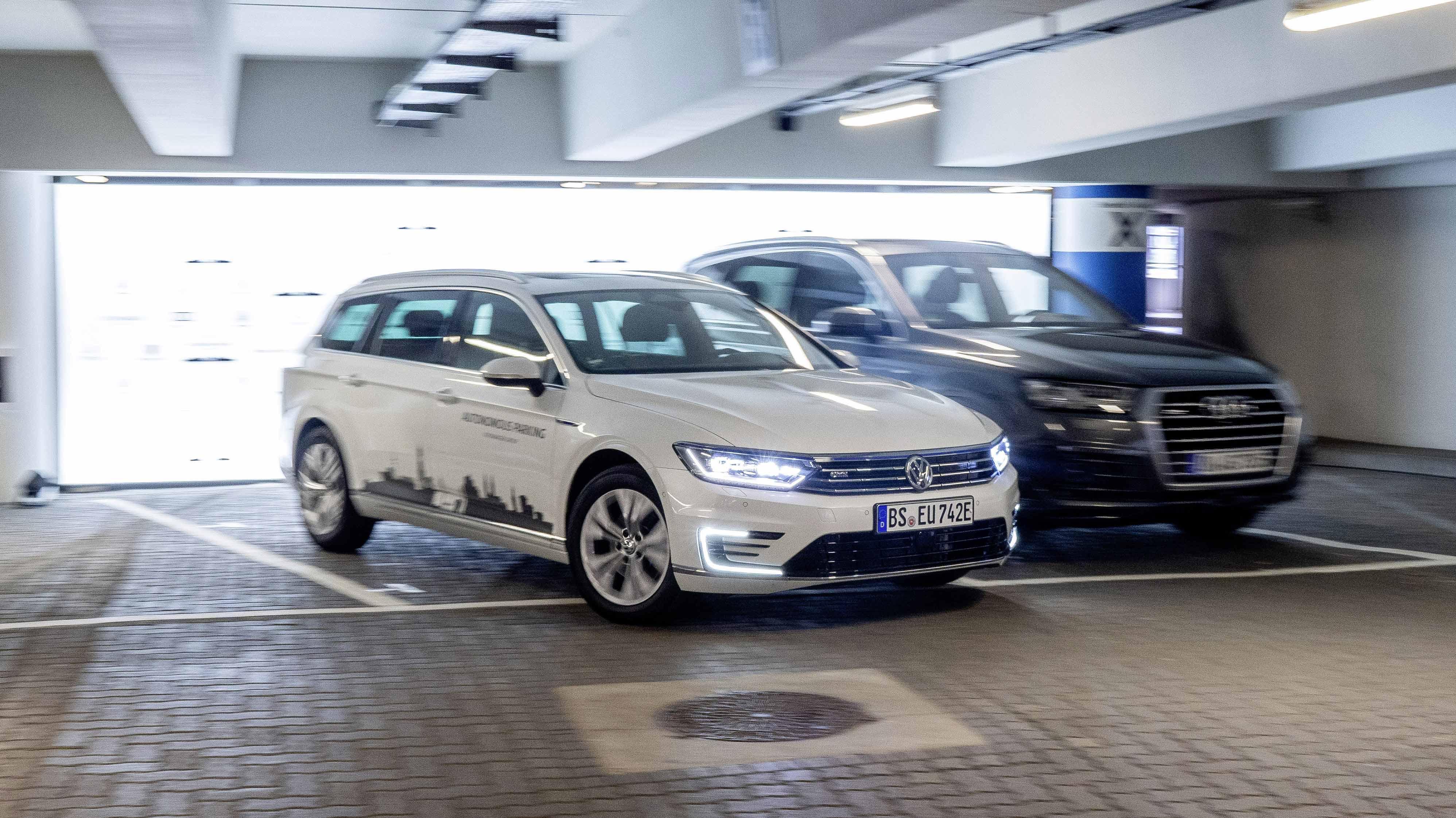 Los coches del Grupo VW aparcarán solos (y de serie) desde 2020