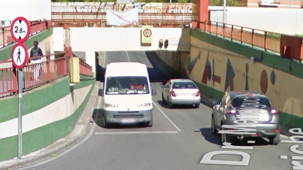 """La curiosa historia del túnel que se """"traga"""" a los camiones"""
