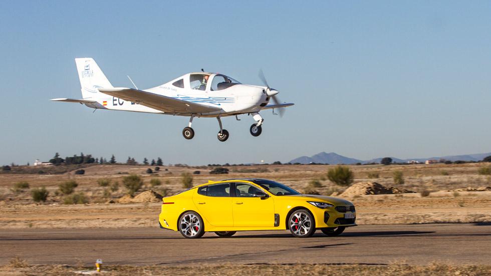 Kia Stinger GT: duelo por tierra y aire frente a una avioneta (vídeo)