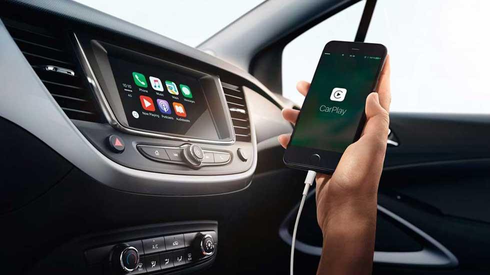Por qué no debes cargar el móvil en el coche y trucos para sacarle el máximo partido