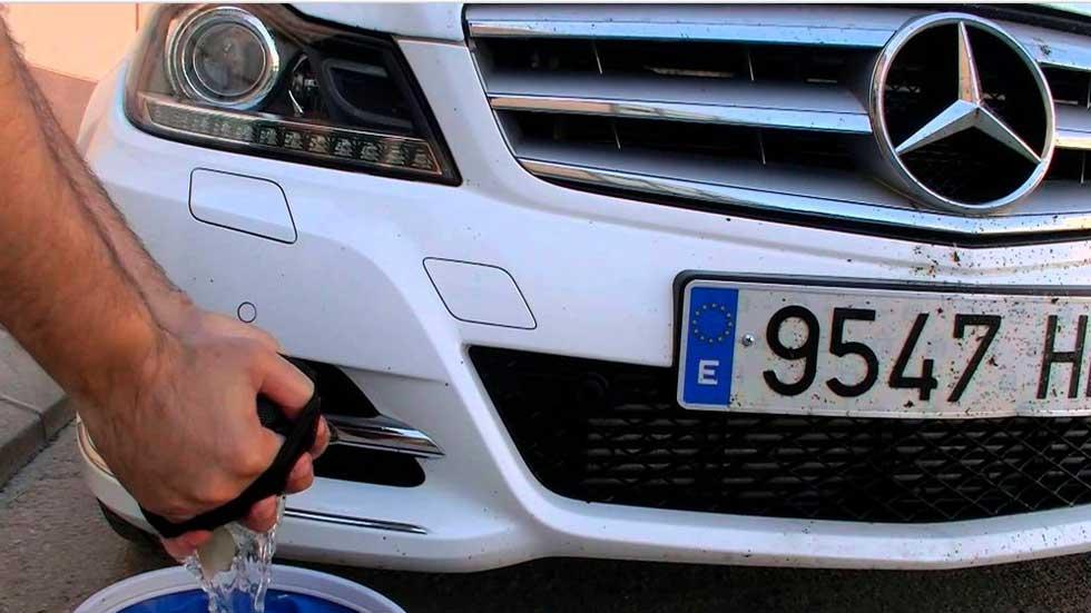 Cómo quitar los mosquitos de la carrocería del coche (trucos y vídeo)