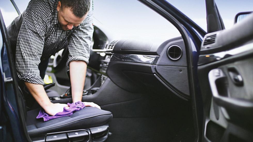 Cómo quitar las manchas de vómito y el olor del interior del coche