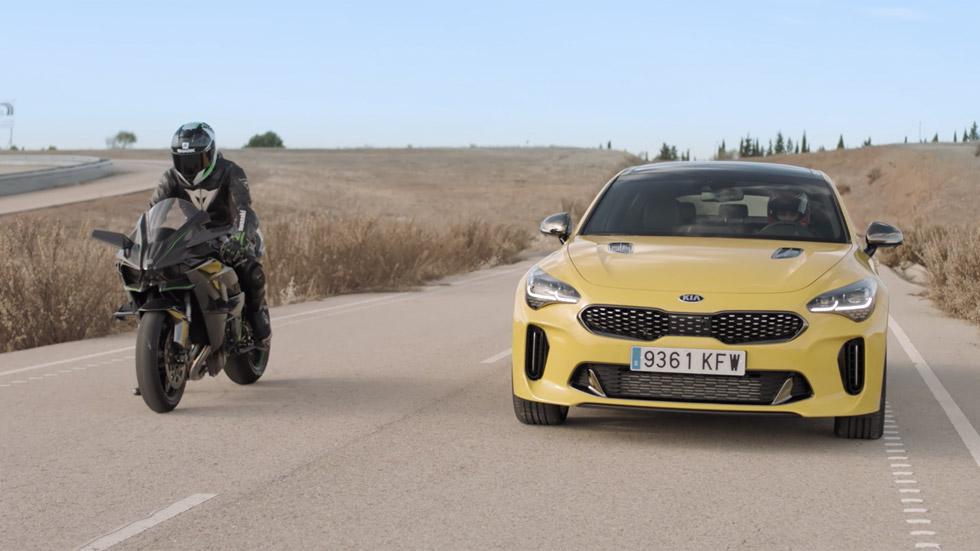 El Kia Stinger GT frente a la moto más rápida del momento (VÍDEO)