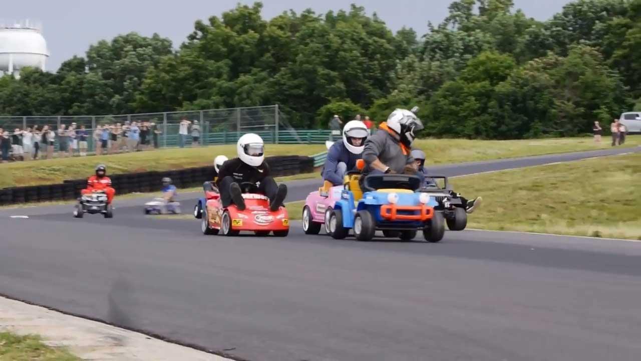 El deporte de moda: carreras sobre coches de juguetes (Vídeos)