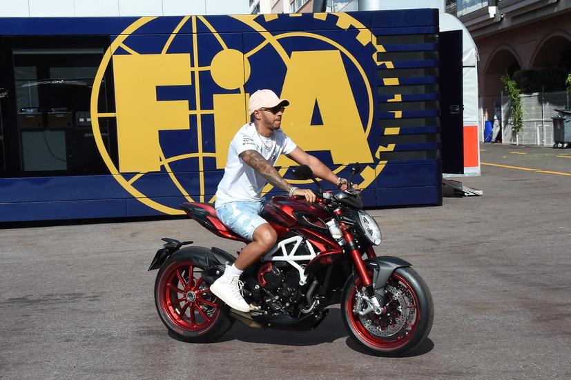 GP de Mónaco de F1: Hamilton va en moto al circuito