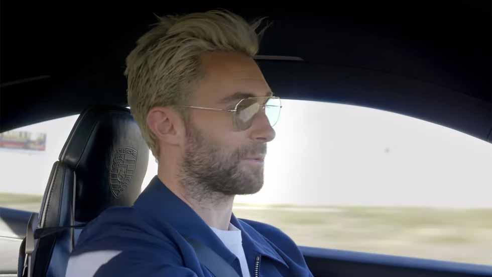 El cantante de Maroon 5, al volante del nuevo Porsche E Mission eléctrico (Vídeo)
