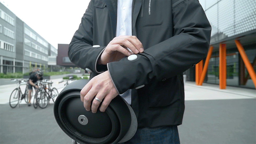 Así es la chaqueta inteligente de Ford que indica a los ciclistas cuándo deben girar