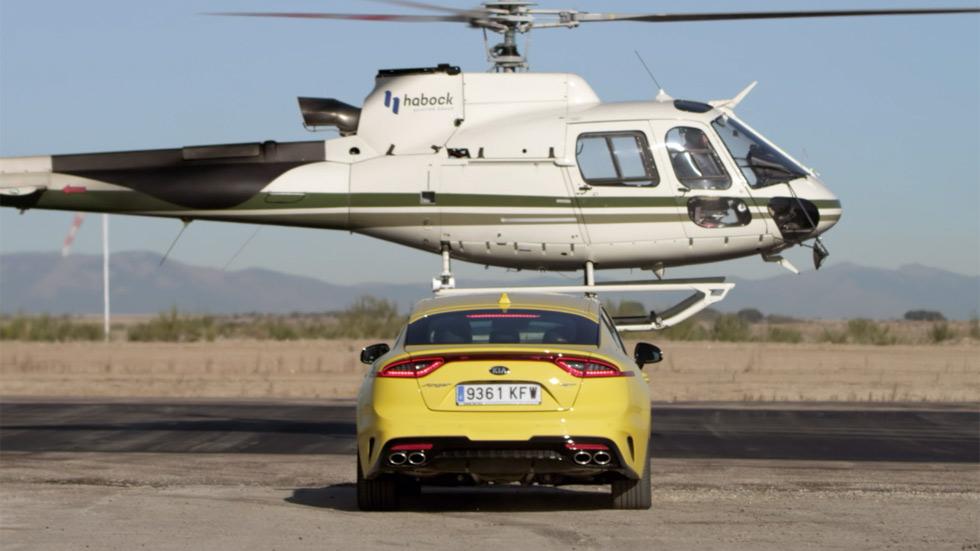 Kia Stinger GT vs Airbus Helicopter AS 355: el duelo está servido (VÍDEO)