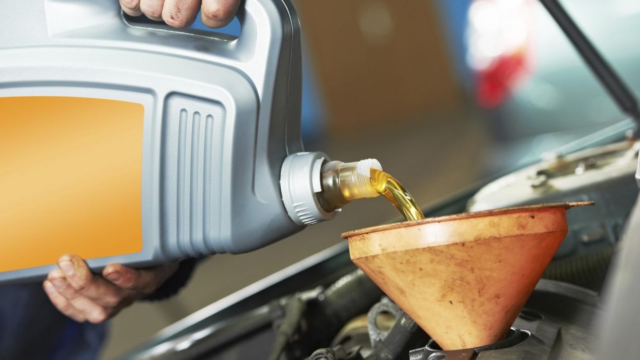 ¿Es bueno rellenar el coche una y otra vez para ahorrar dinero en el cambio de aceite?