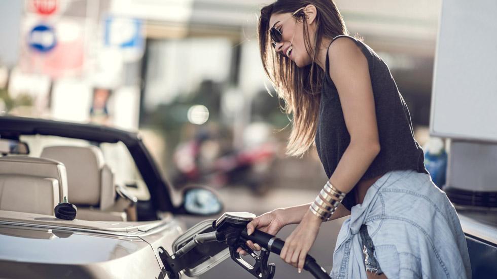 Los países con la gasolina más cara y más barata respecto a su sueldo